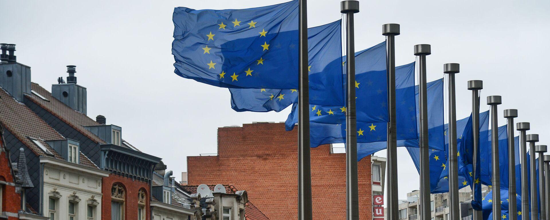 Flagi z symboliką UE przed budynkiem Komisji Europejskiej w Brukseli - Sputnik Polska, 1920, 04.06.2021
