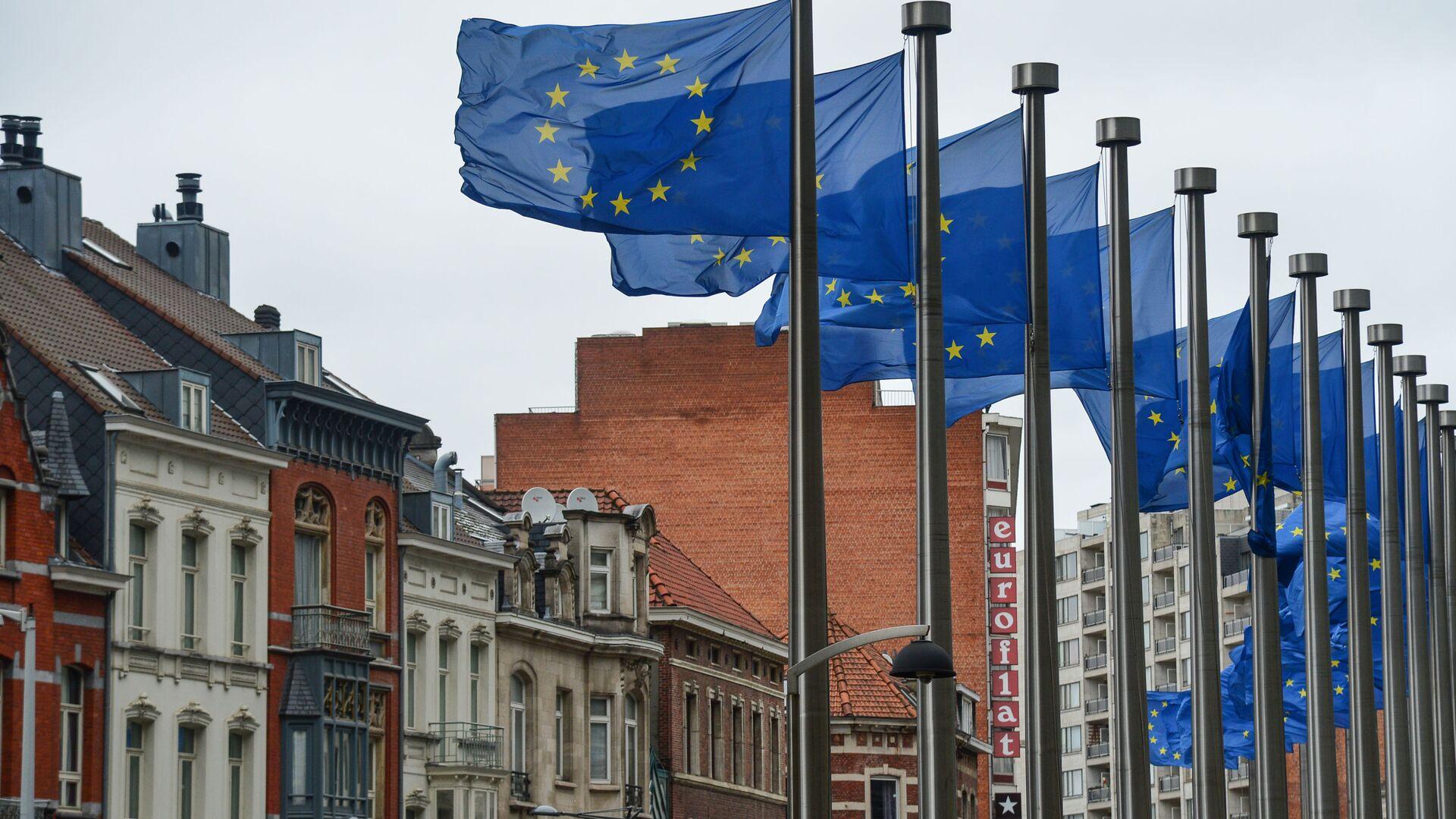 Flagi z symboliką UE przed budynkiem Komisji Europejskiej w Brukseli - Sputnik Polska, 1920, 23.07.2021