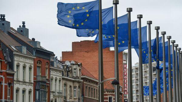 Flagi z symboliką UE przed budynkiem Komisji Europejskiej w Brukseli - Sputnik Polska