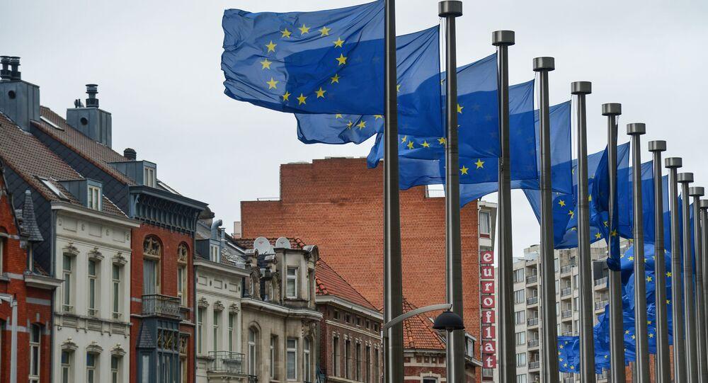 Flagi z symboliką UE przed budynkiem Komisji Europejskiej w Brukseli