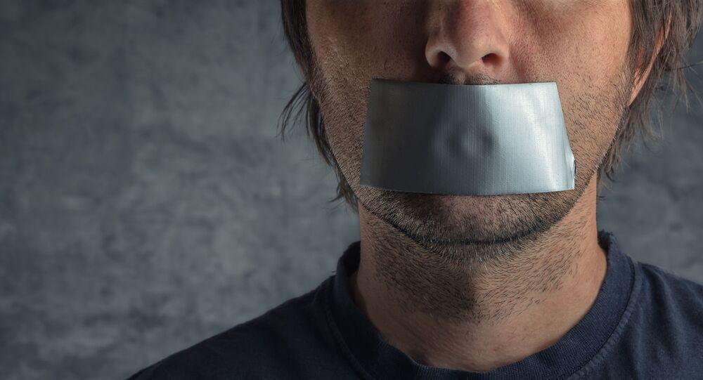 Mężczyzna z ustami zaklejonymi taśmą klejącą