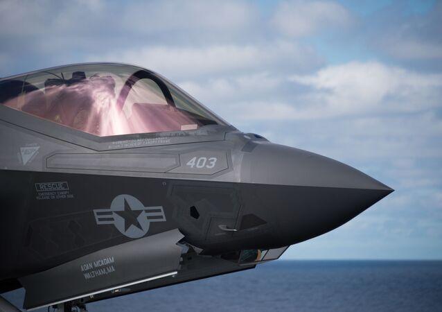 Kabina pilota amerykańskiego myśliwca F-35C Lightning II
