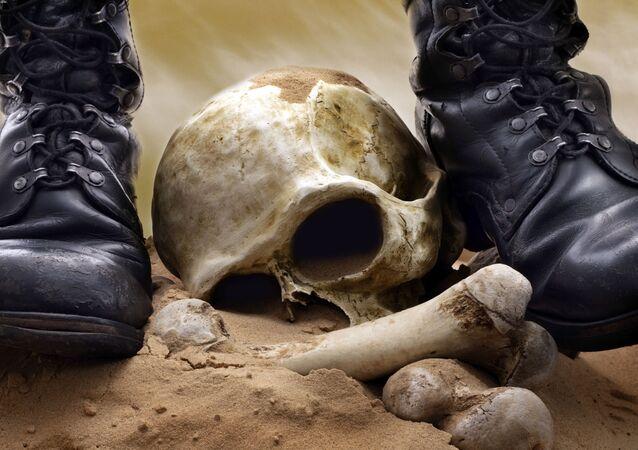 Czaszka i kości na tle wojskowych butów