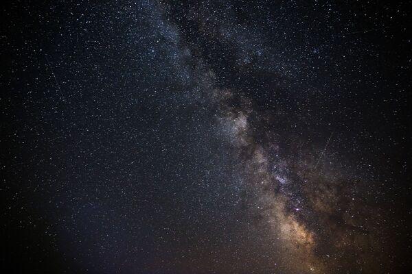 Gwiaździste niebo obserwowane w Kraju Krasnodarskim podczas deszczu Perseidów - Sputnik Polska