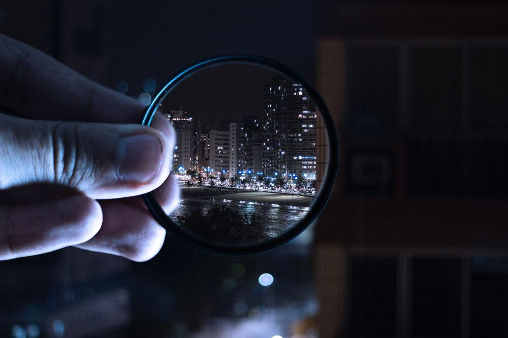Widok nocnego miasta przez obiektyw.