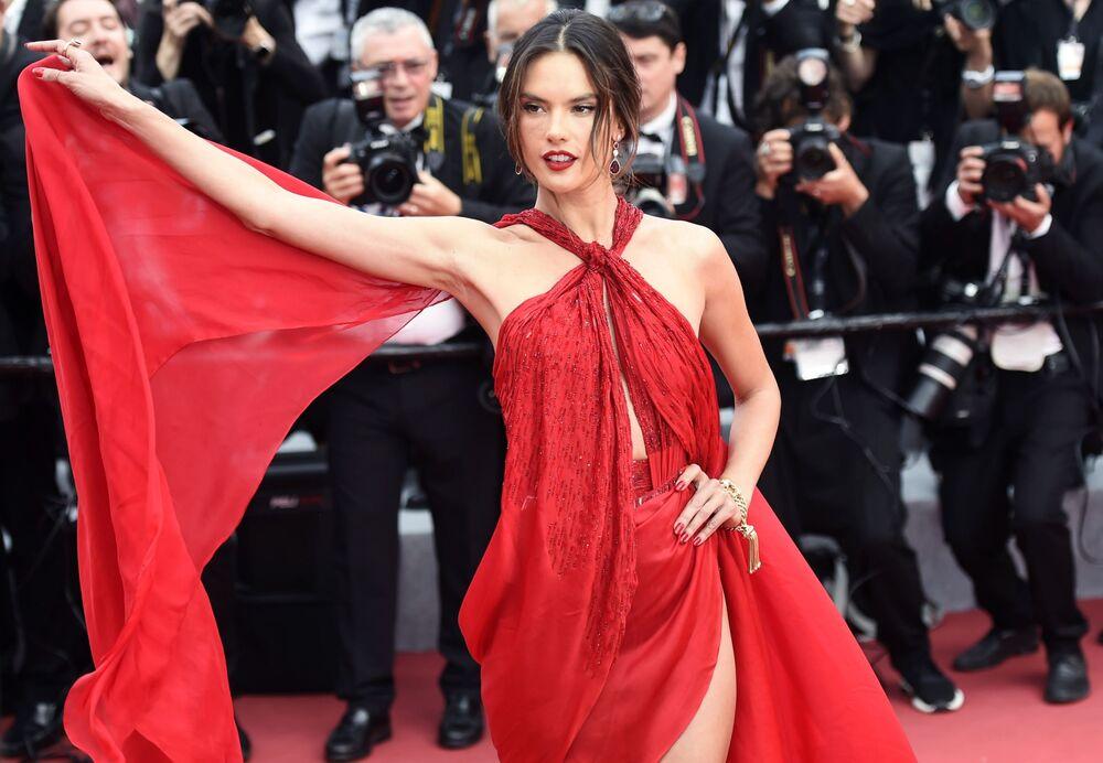 Brazylijska supermodelka i aktorka Alessandra Ambrosio na czerwonym dywanie 72. Międzynarodowego Festiwalu Filmowego w Cannes.