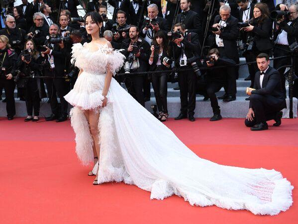 Aktorka z Hongkongu Xin Zhilei na czerwonym dywanie 72. Międzynarodowego Festiwalu Filmowego w Cannes - Sputnik Polska
