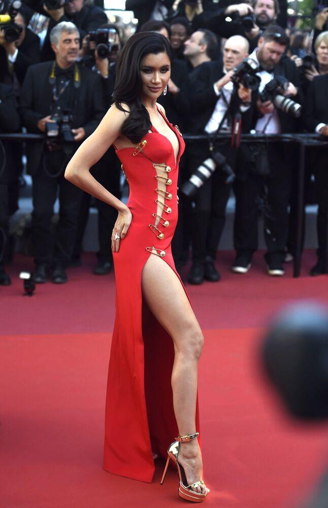 Aktorka Praia Lundberg na czerwonym dywanie 72. Międzynarodowego Festiwalu Filmowego w Cannes.