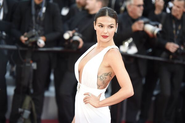 Aktorka Isis Valverde na czerwonym dywanie 72. Międzynarodowego Festiwalu Filmowego w Cannes - Sputnik Polska