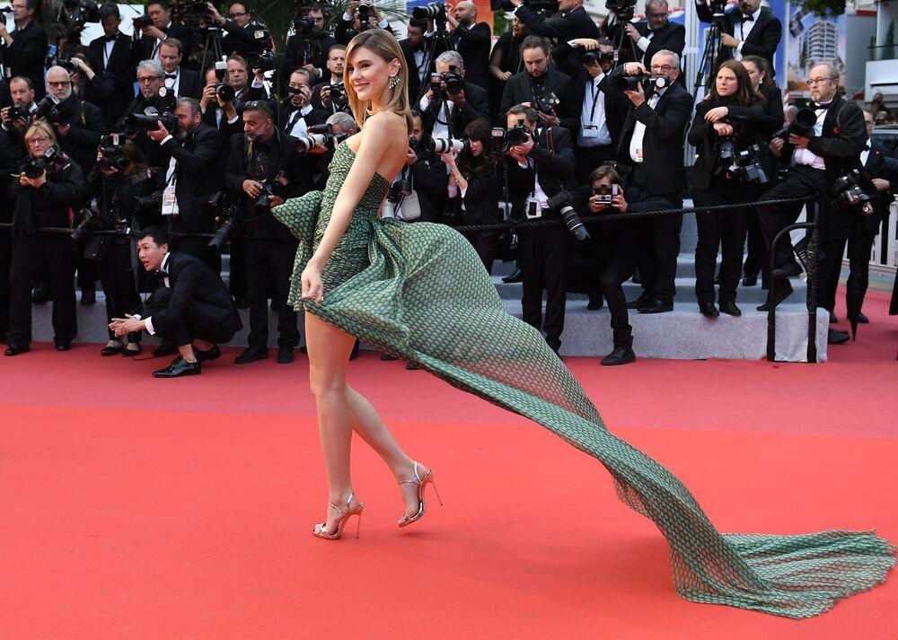 Niemiecka topmodelka Stephanie Giesinger na czerwonym dywanie 72. Międzynarodowego Festiwalu Filmowego w Cannes.