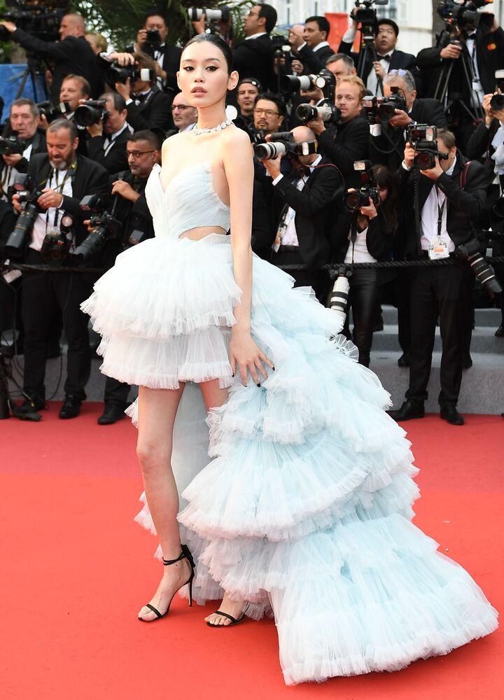Chińska aktorka Min Xi na czerwonym dywanie 72. Międzynarodowego Festiwalu Filmowego w Cannes.