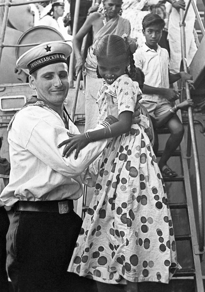 Radziecki marynarz zabiera na pokład indyjskie dzieci, podczas wizyty okrętów Floty Pacyfiku Czerwonego Sztandaru w Indiach w 1968 roku