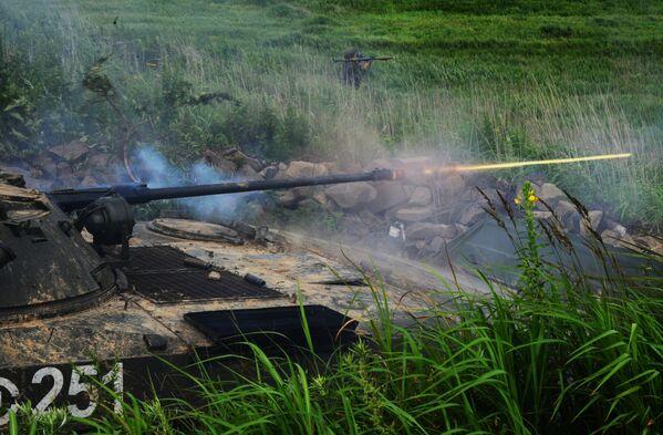 Bojowy wóz piechoty BMP-2 i żołnierz z granatnikiem podczas ćwiczeń taktycznych, 2018 rok - Sputnik Polska