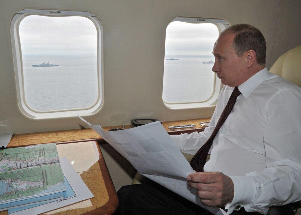 Władimir Putin przeleciał śmigłowcem nad obszarem manewrów morskich Floty Pacyfiku uczestniczących w ćwiczeniach wojskowych Wschodniego Okręgu Wojskowego, 2013 rok