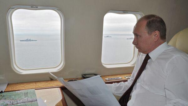 Władimir Putin przeleciał śmigłowcem nad obszarem manewrów morskich Floty Pacyfiku uczestniczących w ćwiczeniach wojskowych Wschodniego Okręgu Wojskowego, 2013 rok  - Sputnik Polska