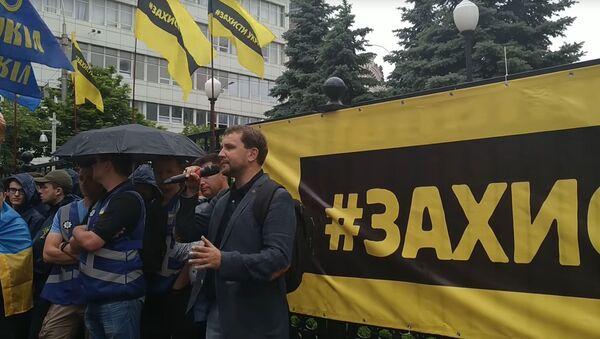 Kadr z wideo Ukrinform z pikietą nacjonalistów, popierających ustawę o dekomunizacji, pod siedzibą Sądu Konstytucyjnego Ukrainy - Sputnik Polska