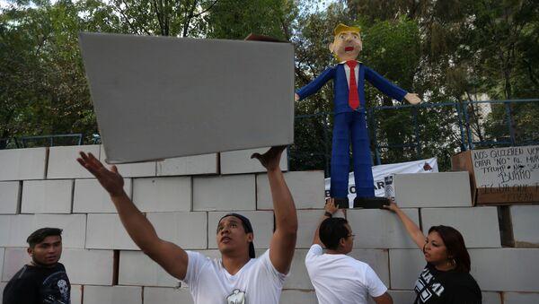 Protestujący w Meksyku zbudowali mur z pudełek obok ambasady USA - Sputnik Polska