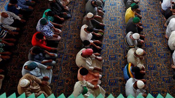 Muzułmanie podczas modlitwy, ramadan - Sputnik Polska