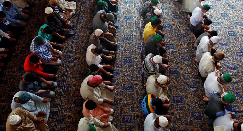 Muzułmanie podczas modlitwy, ramadan