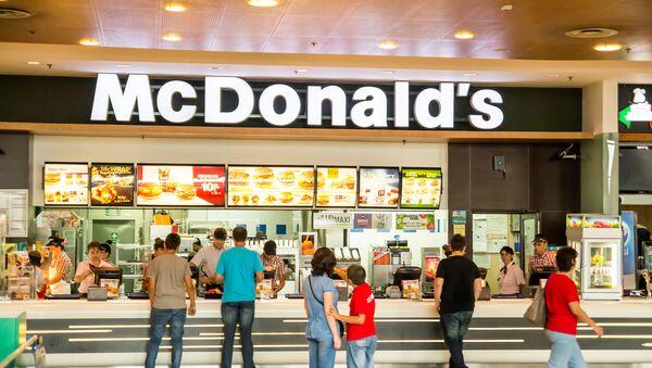 Restauracja szybkiej obsługi McDonald's w centrum handlowym - Sputnik Polska