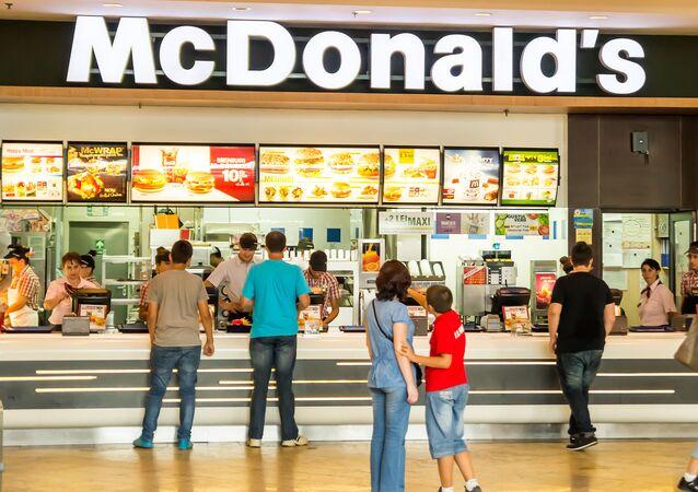 Restauracja szybkiej obsługi McDonald's w centrum handlowym