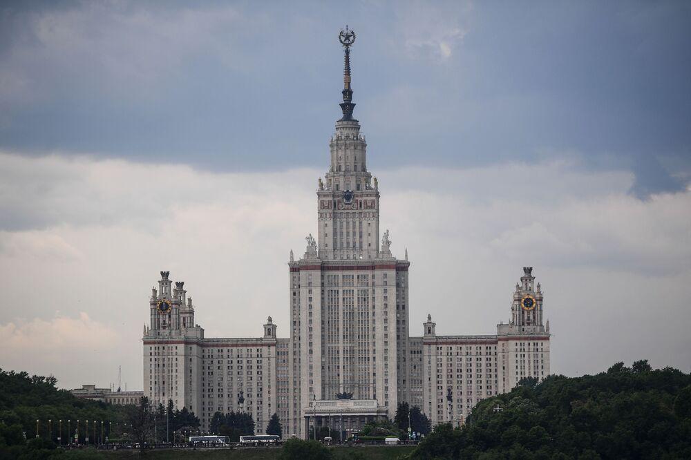 Widok na Uniwersytet im. M. Łomonosowa w Moskwie z punktu widokowego na Wzgórzach Worobiowych