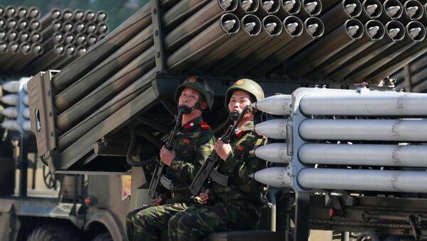 Żołnierze na defiladzie z okazji dnia KRLD w Pjongjangu - Sputnik Polska