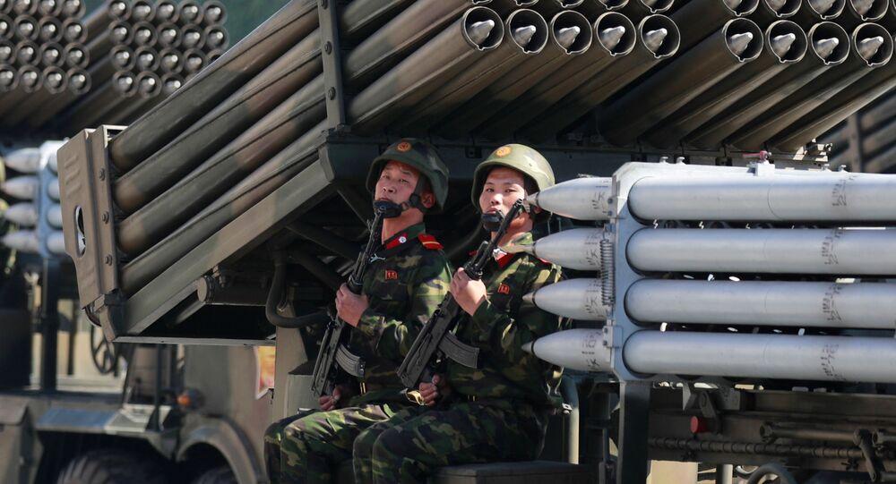 Żołnierze na defiladzie z okazji dnia KRLD w Pjongjangu