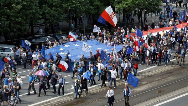 Marsz Polska w Europie w Warszawie przed wyborami do Parlamentu Europejskiego - Sputnik Polska