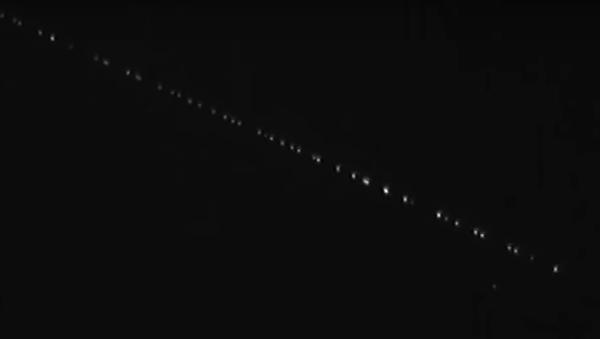 """Nagranie """"pociągu"""" złożonego z 60 satelitów SpaceX w kosmosie - Sputnik Polska"""