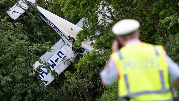 Niewielki samolot zaklinował się do góry kołami w koronie drzew na zachodzie Niemiec. - Sputnik Polska
