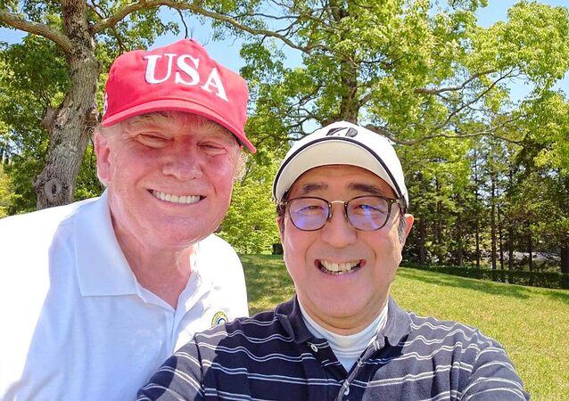 Selfie Donalda Trumpa i Shinzō Abe'go