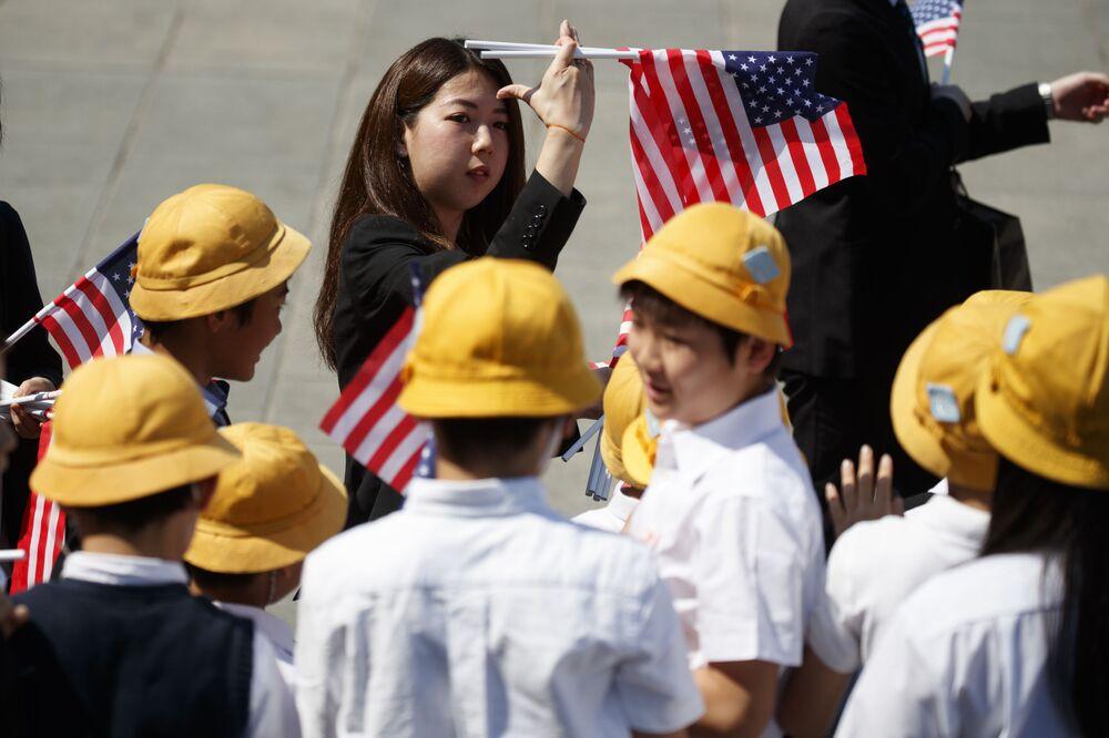 Japońscy uczniowie czekaja na Donalda Trumpa