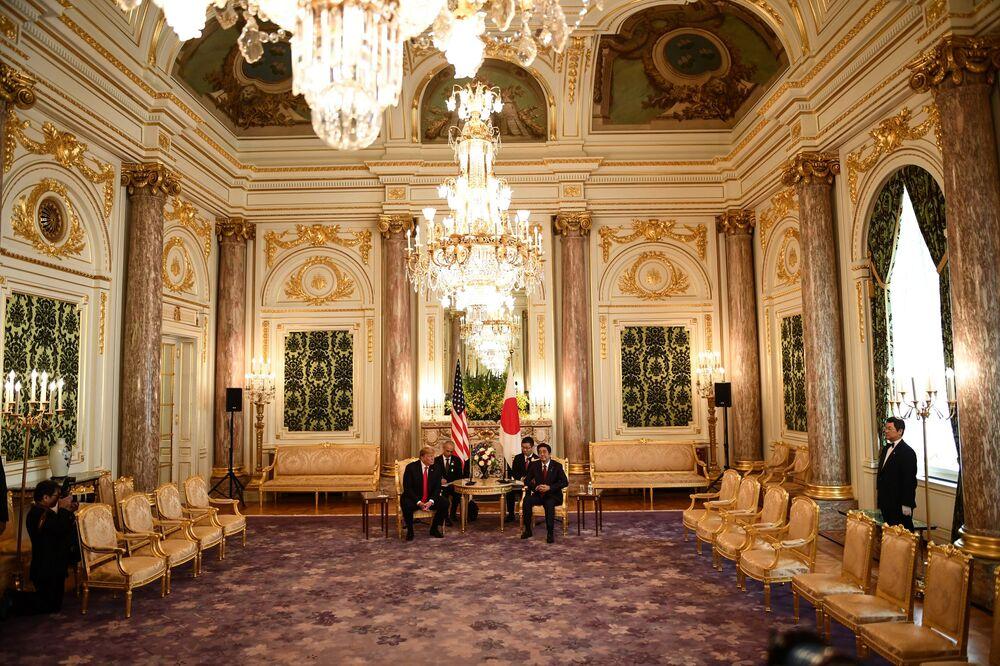 Donald Trump i Shinzō Abe na dwustronnym spotkaniu w Tokio