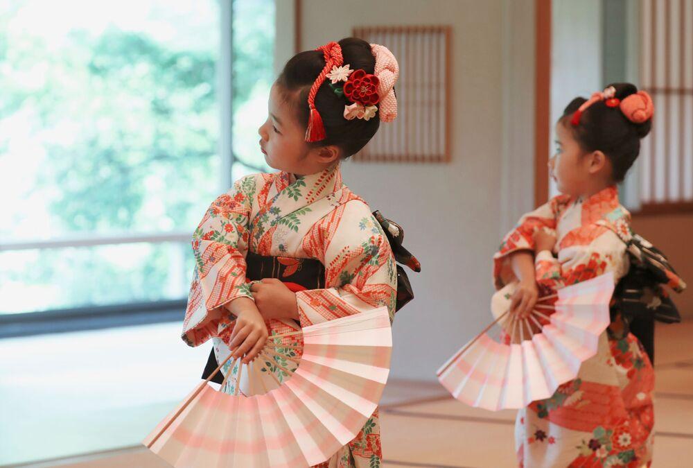 Dziewczynki witają Donalda Trumpa w Japonii
