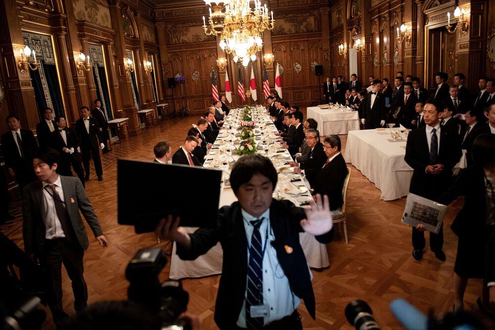 Donald i Melania Trumpowie na obiedzie z Shinzō Abem