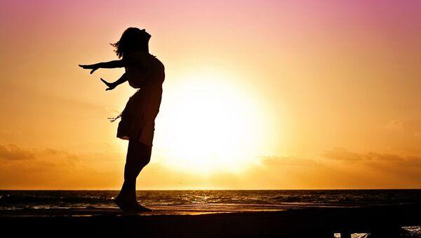 Szczęśliwa kobieta na plaży - Sputnik Polska