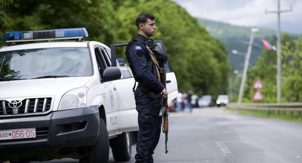 Funkcjonariusz specjalnej jednostki policji Kosowa podczas operacji przeciwko przestępczości zorganizowanej