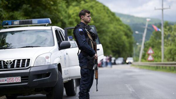 Funkcjonariusz specjalnej jednostki policji Kosowa podczas operacji przeciwko przestępczości zorganizowanej - Sputnik Polska