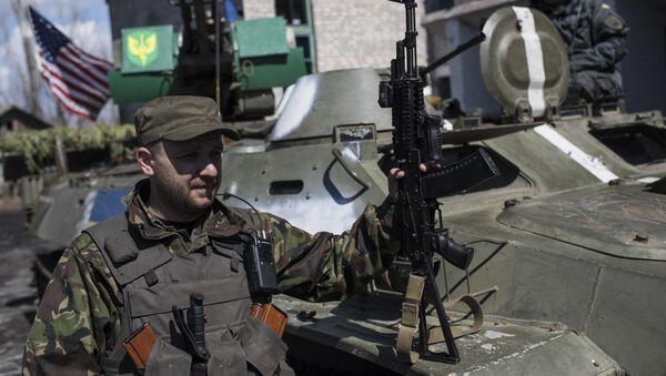 Ukraińscy wojskowi na tle amerykańskiej flagi na wschodzie Ukrainy - Sputnik Polska