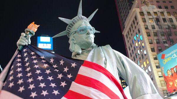 Statua Wolności i flaga USA - Sputnik Polska