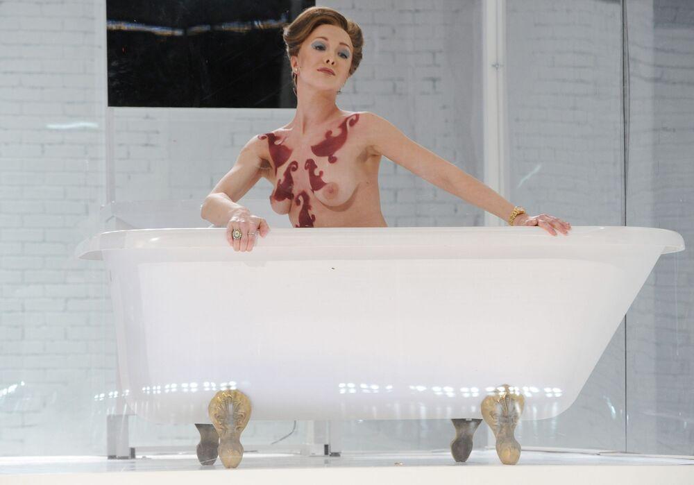 Rosyjska aktorka Daria Moroz gra w spektaklu Idealny mąż