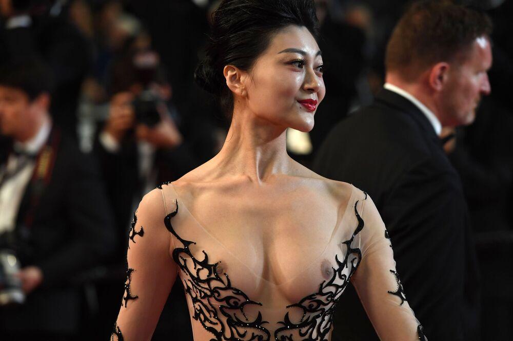 Kobieta na czerwonym dywanie na 71. Festiwalu Filmowym w Cannes