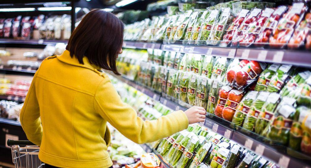 Dział z warzywami i owocami w supermarkecie