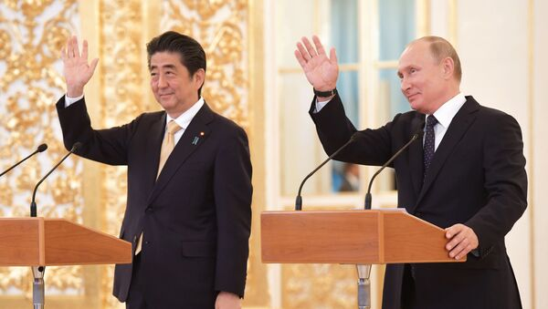 Premier Japonii Shinzō Abe i prezydent Rosji Władimir Putin - Sputnik Polska