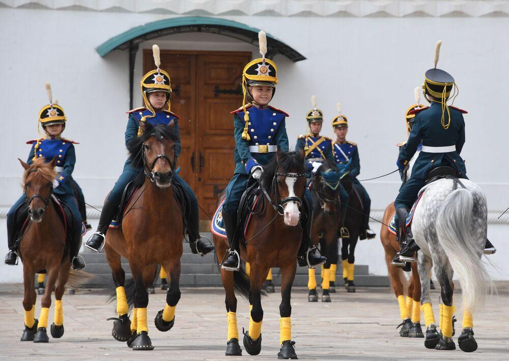 """Młodzi jeźdźcy """"Kremlowskiej Szkoły Jeździeckiej"""" podczas ceremonii rozejścia się pieszej i konnej straży na Placu Katedralnym Moskiewskiego Kremla."""