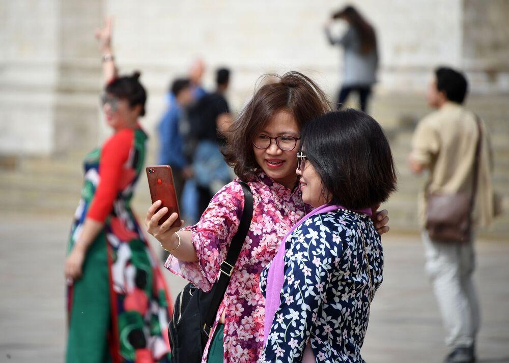 Turyści robią zdjęcia na Placu Katedralnym Moskiewskiego Kremla.