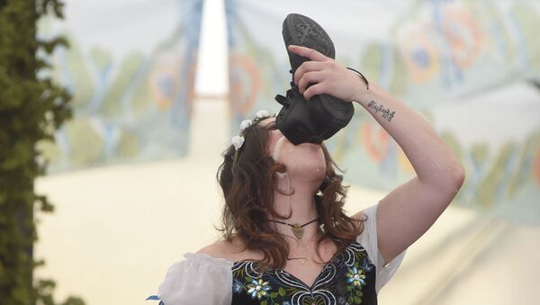 Kobieta pije piwo z butu podczas otwarcia festiwalu Oktoberfest w Monachium - Sputnik Polska