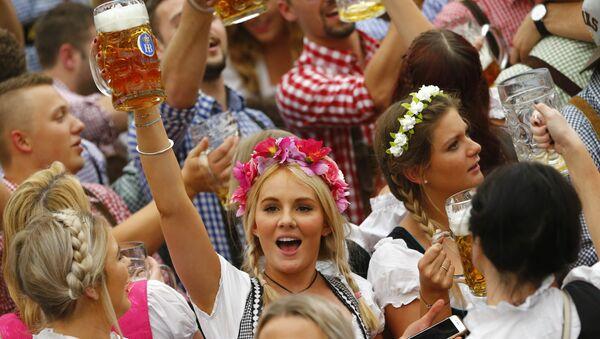 Dziewczyny podczas festiwalu Oktoberfest w Monachium - Sputnik Polska
