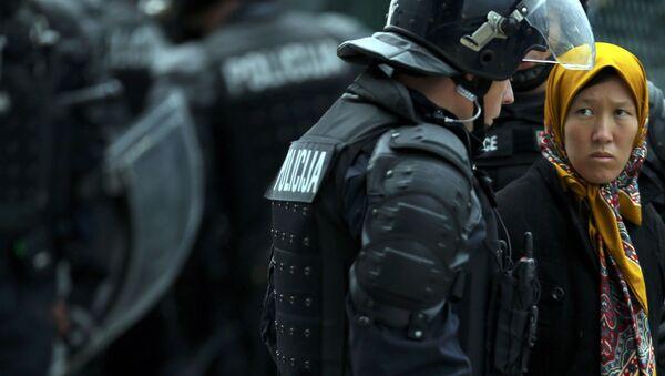 Uchodźcy i policjanci na słoweńsko-chorwackiej granicy - Sputnik Polska